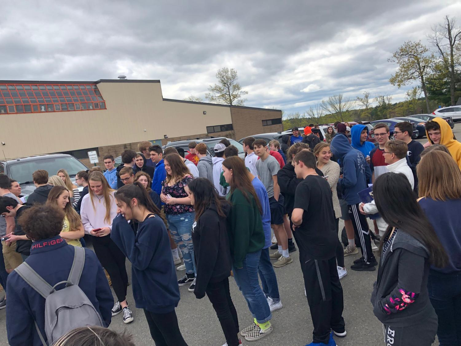 Students+wait+for+the+fire+engines+to+arrive+at+LHS.+The+firefighters+cleared+the+building+to+make+sure+it+was+safe+enough+for+the+school+to+return+to+classes.+